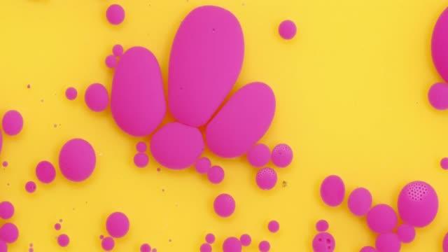 vídeos de stock, filmes e b-roll de bolhas da cor da pintura acrílica no fundo e no petróleo amarelos - rosa cor