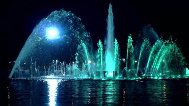 色の噴水公園での夜 - 噴水点の映像素材/bロール