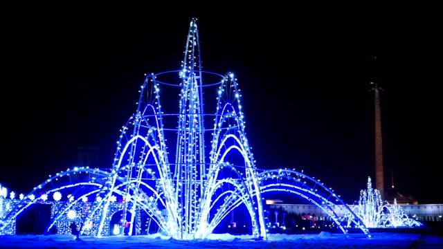 fontana di colore nel parco di notte - fontana struttura costruita dall'uomo video stock e b–roll