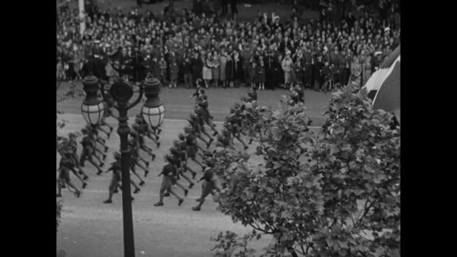 stockvideo's en b-roll-footage met color guard leads us airborne troops marines and sailors as they march in london's victory parade / tiltdown shot sailors pass under admiralty arch /... - 1946