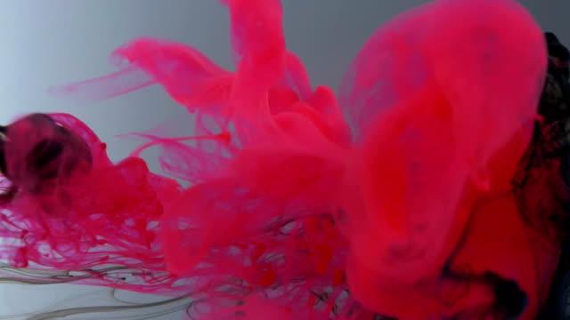 Färgbläck flyter i vatten