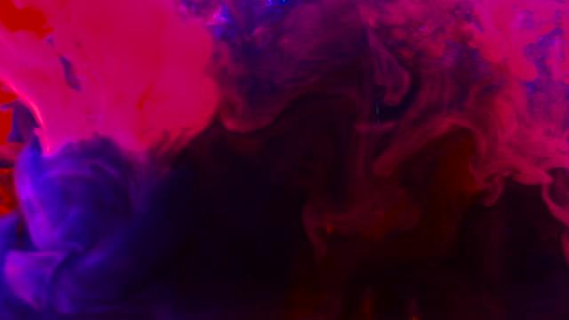 farbtropf-tropfen in zeitlupe in wasser. - acrylmalerei stock-videos und b-roll-filmmaterial
