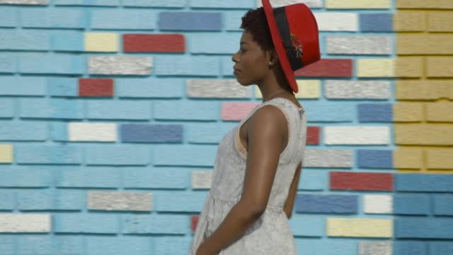 vídeos y material grabado en eventos de stock de color wall - young woman - delante de