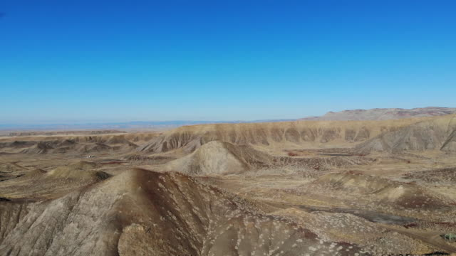 vídeos y material grabado en eventos de stock de colorado high desert natural gas access roads and arid climate terrain - protección de fauna salvaje