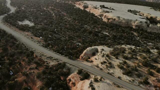 日没4kドローンビデオシリーズで晩冬のコロラドマウンテンロード - winter点の映像素材/bロール