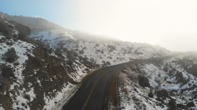 vidéos et rushes de colorado mountain road en hiver avec snow and fog 4k drone video series - en haut
