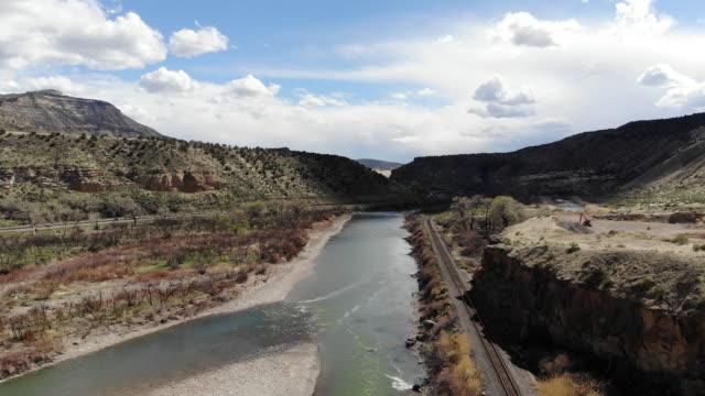 vídeos de stock e filmes b-roll de colorado river basin view remote canyon location in the western usa at dusk - remote location