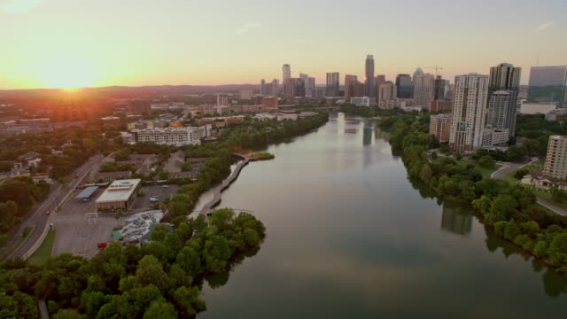 stockvideo's en b-roll-footage met aerial colorado river in austin, texas, bij zonsondergang - austin texas