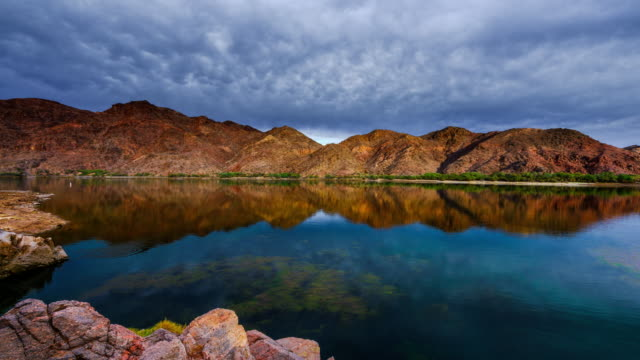 colorado river am morgen - red rocks stock-videos und b-roll-filmmaterial