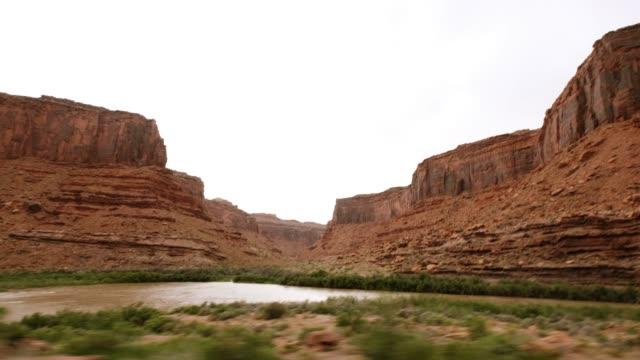 vídeos de stock, filmes e b-roll de paisagem do rio colorado em moab - moab utah