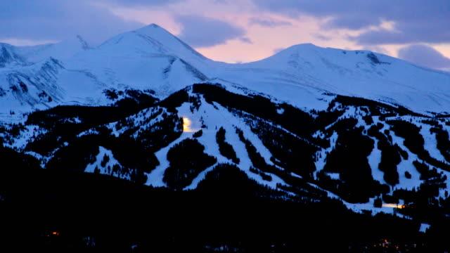 stockvideo's en b-roll-footage met colorado rockies sunset winter resort mountain time lapse - skivakantie