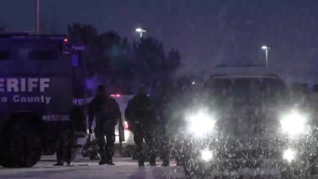 vídeos y material grabado en eventos de stock de colorado springs planned parenthood shooting scene. a man is led away in handcuffs wearing a white tee-shirt. - camisa blanca