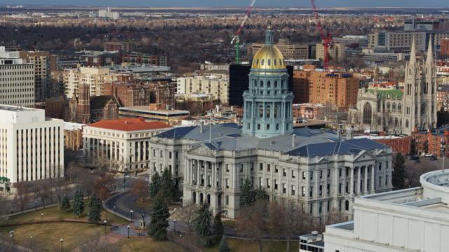 vídeos y material grabado en eventos de stock de capitolio del estado de colorado y el centro de denver cityscape en primavera - aerial - capitolio estatal