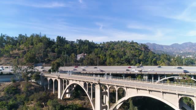 colorado street bridge in pasadena - カリフォルニア州 パサデナ点の映像素材/bロール