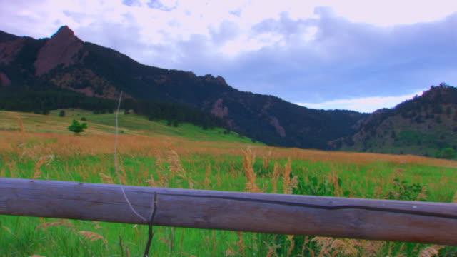 stockvideo's en b-roll-footage met coloradomountain range - tuinhek