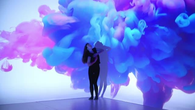 女性ダンサーに色インク投影 - インパクト点の映像素材/bロール