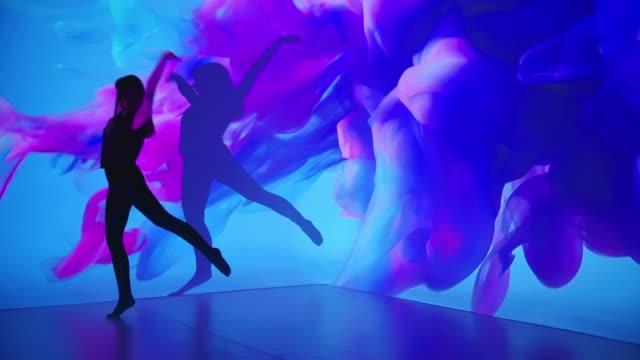 vídeos y material grabado en eventos de stock de proyección de tinta de color sobre una bailarina - realidad aumentada espacial