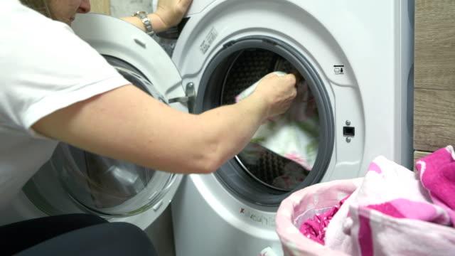 洗濯機で着色された洗濯物の洗濯 - 4k解像度 - 洗濯かご点の映像素材/bロール