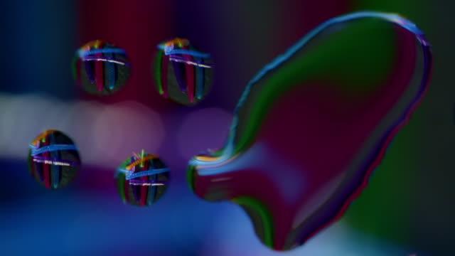 vídeos de stock, filmes e b-roll de arte abstrata colorida do fundo que gira o padrão misturado dos lápis gota da água - water form