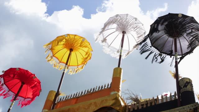 vídeos de stock e filmes b-roll de la ms colorful balinese umbrellas celebrating balungan - chapéu