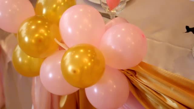vídeos de stock, filmes e b-roll de coloridos de balão - balão decoração