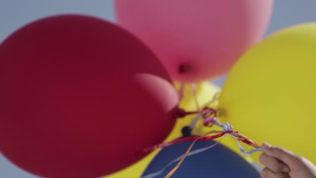vidéos et rushes de colorful balloons - corde