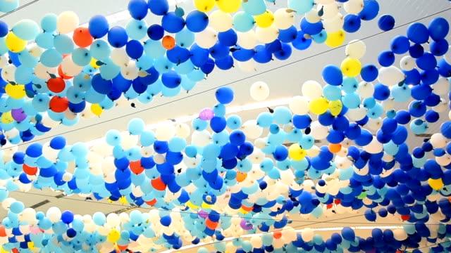 vídeos de stock, filmes e b-roll de balões coloridos - balão decoração