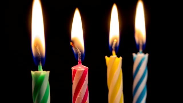 カラフルな誕生日の蝋燭を全焼 - 四つ点の映像素材/bロール