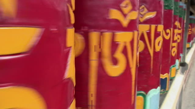 stockvideo's en b-roll-footage met cu colorful buddhist prayer wheels spinning, mcleod ganj (dharamsala), india - vier dingen