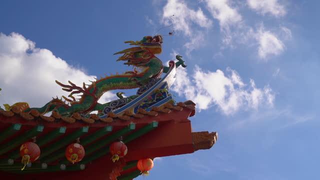 vídeos y material grabado en eventos de stock de colorful chinese dragon against the blue sky - dragon chino