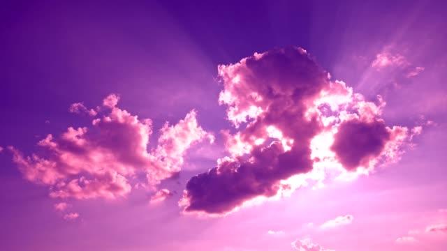vídeos de stock, filmes e b-roll de nuvens coloridas - crepúsculo