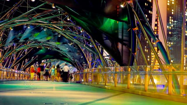 vídeos y material grabado en eventos de stock de colorido multitud de la noche, puente - singapur