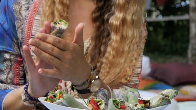 vídeos y material grabado en eventos de stock de colorida cocina crudivegana comida - antioxidante