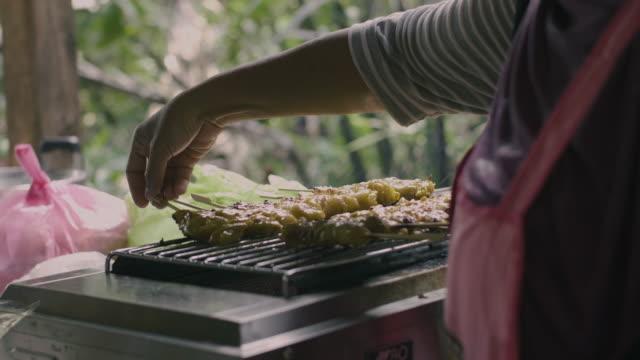 colorful cuisine, street food in thailand - pollo ai ferri video stock e b–roll