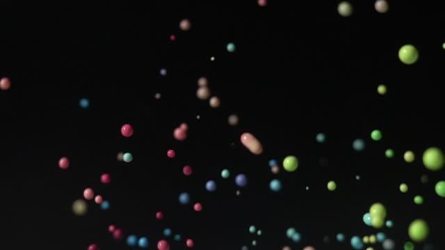 スローモーションで黒の背景を持つカラフルな染料ダンス - はずむ点の映像素材/bロール