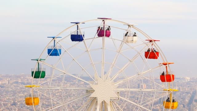 vídeos de stock e filmes b-roll de colorful ferris wheel in the tibidabo amusement park mountain with the barcelona city view. - roda gigante