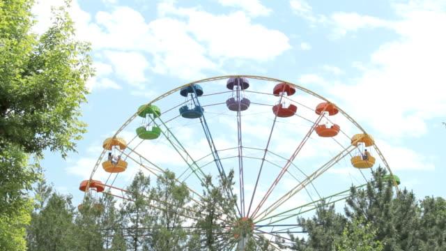bunte riesenrad - big wheel stock-videos und b-roll-filmmaterial