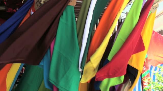 vídeos y material grabado en eventos de stock de colorido batiendo pareos expuestos a windy mercado - pañuelo de cabeza