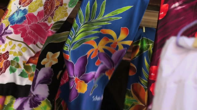 stockvideo's en b-roll-footage met colorful flapping pareos exposed at a windy market - tahiti