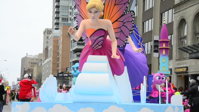 vídeos de stock, filmes e b-roll de colorful float in the corner of bloor street and queens park avenue the event is a tradition held in the canadian city for more than a hundred years... - carro alegórico
