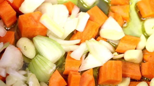 vídeos y material grabado en eventos de stock de la colorida cocina a la vista - hervido