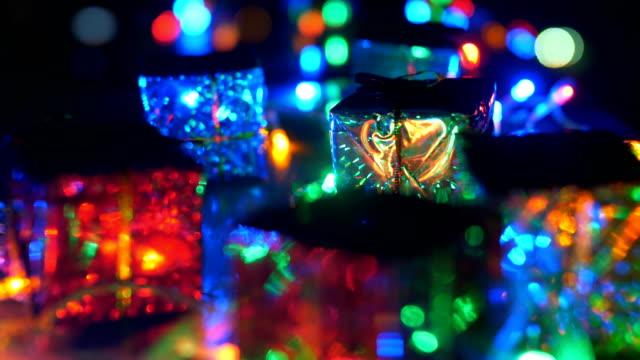 vidéos et rushes de boîte-cadeau colorée - objet en papier