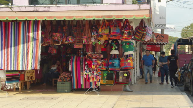 vídeos de stock e filmes b-roll de colorful handbag shop in in downtown palenque, chiapas, mexico - palenque