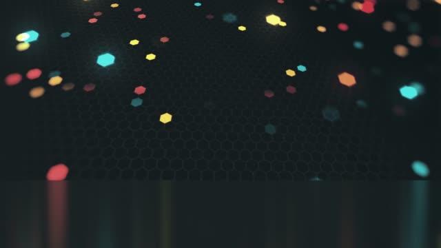 scena esagonale colorata su sfondo scuro e loop senza soluzione di continuità, animazione di sfondo di motion design astratto per i concetti di tecnologia, comunicazione, internet, finanza, dati, educazione, esagono web e mobile - dissolvenza in apertura video stock e b–roll