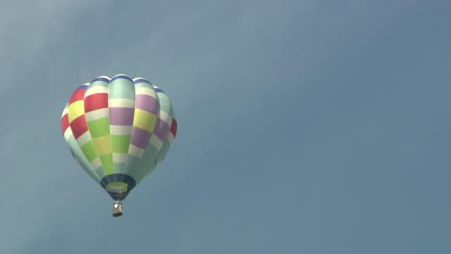 stockvideo's en b-roll-footage met colorful hot air balloon in blue sky, hokkaido, japan - in de lucht zwevend