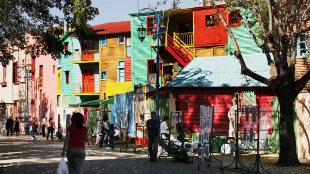 colorful houses fill the caminito in buenos aires. - ブエノスアイレス点の映像素材/bロール