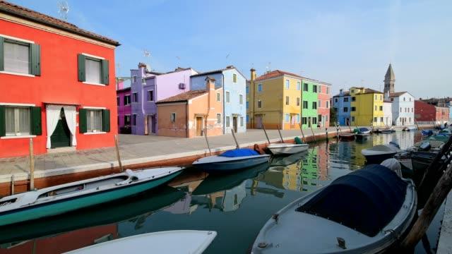 colorful houses with canal and boats in burano, burano, venice, venetian lagoon, veneto, italy - イタリア点の映像素材/bロール