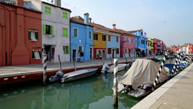 colorful houses with canal and boats in burano, burano, venice, venetian lagoon, veneto, italy - besichtigung stock-videos und b-roll-filmmaterial