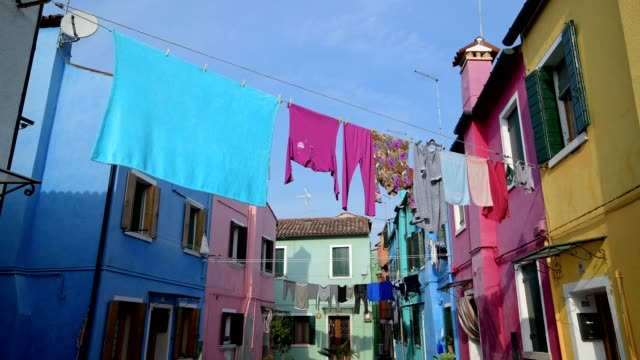 colorful houses with laundry in burano, burano, venice, venetian lagoon, veneto, italy - pendere video stock e b–roll