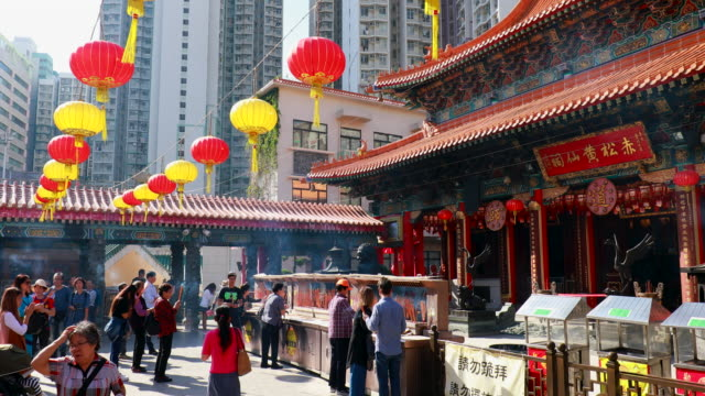colorful lampions and worshippers at wong tai sin temple - 香港点の映像素材/bロール
